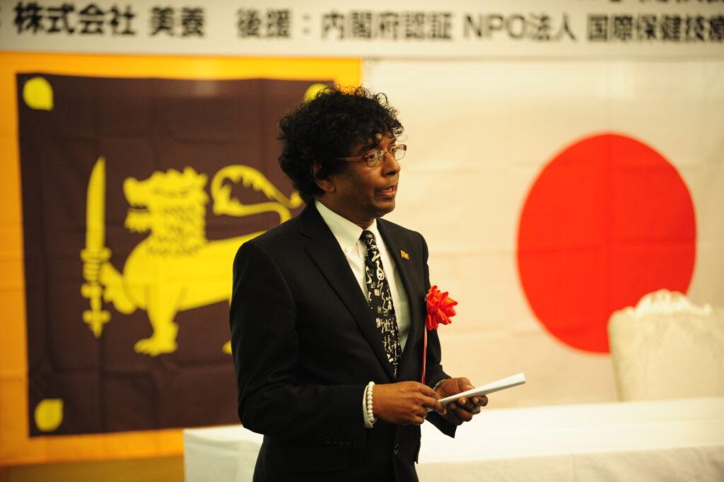 JSLAS開校式典時に日本語で祝辞を述べられるダンミカ前大使